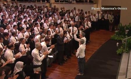 Khán phòng đứng dậy vỗ tay sau phần phát biểu của con út ông Lý Quang Diệu, Lý Hiển Dương