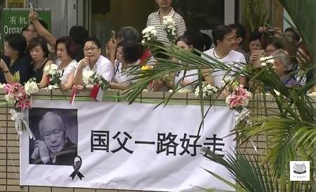 Những người không thể ra đường thì tập trung ra ban công, mang theo hoa đón chờ đoàn xe rước