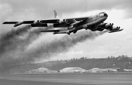 Pháo đài bay B-52 của Mỹ có khả năng mang bom hạt nhân (Ảnh: Internet)
