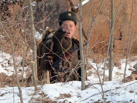 Một binh sỹ Triều Tiên đi tuần gần khu vực biên giới với Trung Quốc (Ảnh: AFP)