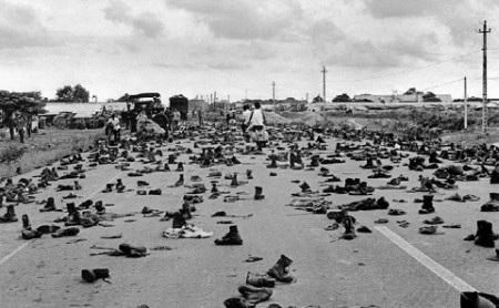 Một nhóm lính ngụy bị bộ đội Việt Nam áp giải trên đường ngày 30/4/1975 (Ảnh: AFP)