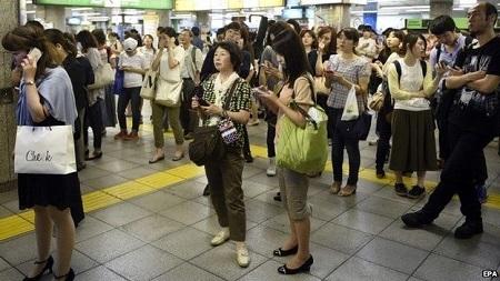 Nhiều đoàn tàu bị tạm dừng khiến nhiều hành khách gặp khó khăn khi di chuyển (Ảnh: EPA)