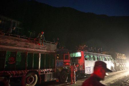 Nhiều người Nepal đang vội vã rời khỏi thủ đô (Ảnh: RT)