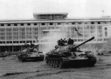Xe tăng của quân giải phóng tại sân dinh Độc Lập ngày 30/4/1975 (Ảnh: AP)