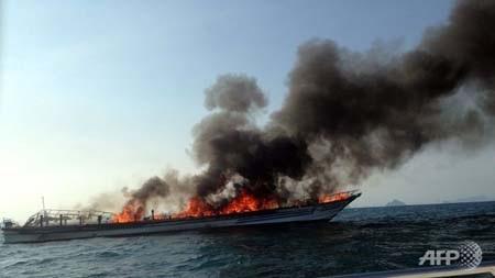 Chiếc phà du lịch bị cháy rụi trước khì chìm xuống biển (Ảnh: