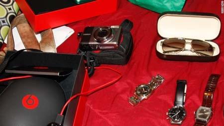 Nhiều tang vật giá trị được cảnh sát thu giữ trong các vụ trộm hành lý (Ảnh: LAPD)