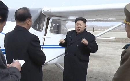 Ông Kim Jong-un bên cạnh chiếc máy bay Triều Tiên tự sản xuất (Ảnh: Telegraph)