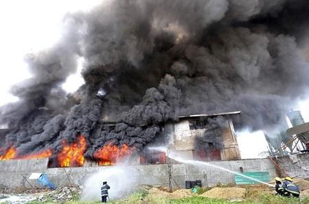Xưởng giày bốc cháy dữ dội suốt 5 giờ trước khi ngọn lửa bị khống chế (Ảnh: AFP)