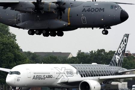 Một chiếc A400M đang hạ cánh trong khi chiếc A350 đang di chuyển ra đường băng. (Ảnh: