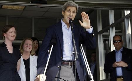 Ngoại trưởng Mỹ John Kerry phát biểu với báo giới khi xuất viện (Ảnh: AP)