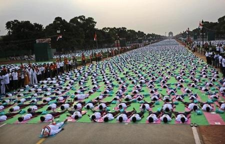 Hai đại diện tổ chức kỷ lục thế giới Guiness tại New Delhi để ghi nhận kỷ lục (Ảnh:
