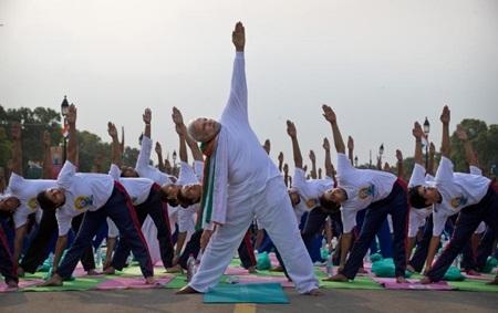 Thủ tướng Ấn Độ Modi tham dự buổi tập yoga tại New Delhi ngày 21/6 (Ảnh: