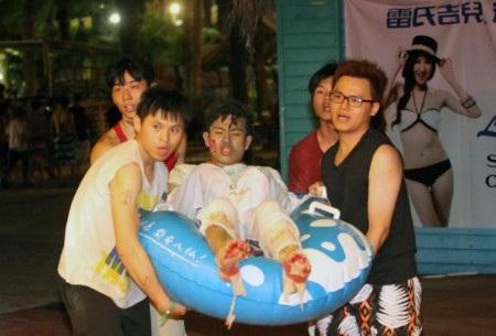 Một nạn nhân nam bị bỏng được đưa đi cấp cứu với các vết thương khắp người (Ảnh: Getty)