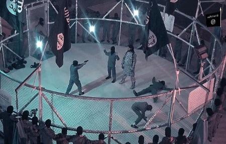 Nhiều trẻ em được đưa vào trong sàn đấu vây lưới thép và bị bắt tấn công nhau (Ảnh: