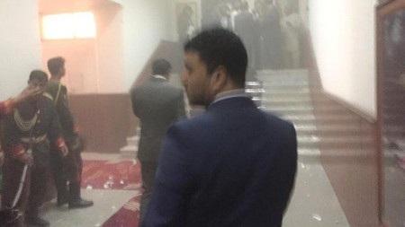 Các nghị sỹ và nhân viên quốc hội tìm cách rời khỏi tòa nhà (Ảnh: