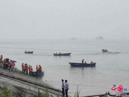 Một số nguồn tin cho biết phà bị lật úp dưới sông sau khi chìm