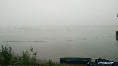 Công tác cứu hộ gặp khó khăn do mưa lớn và gió mạnh