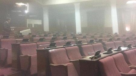 Khói tràn ngập trong tòa nhà quốc hội (Ảnh: BBC)