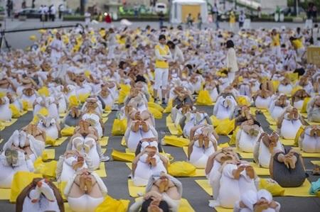 Rất đông người cũng tham gia hưởng ứng Ngày yoga quốc tế tại Paris, Pháp (Ảnh: