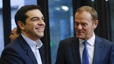 Thủ tướng Hy Lạp Alexis Tsipras (trái) bắt tay Chủ tịch hội đồng EU Donald Tusk (Ảnh: Getty)
