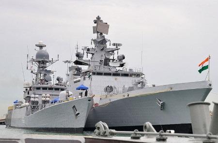 Tàu hải quân INS Satpura (phải) của Ấn Độ (Ảnh: IndiaExpress)