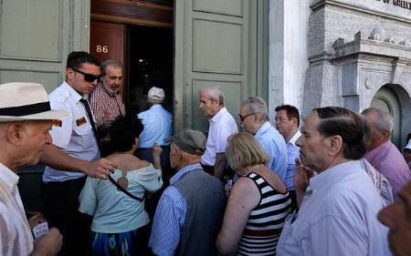 Người Hy Lạp giờ được rút 300 euro/ngày thay vì 60 euro/ngày như trước đây (Ảnh: AP)
