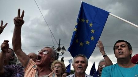 Người Hy Lạp xuống đường biểu tình, mong muốn ở tại EU trong ngày 30/6 (Ảnh: AFP)