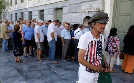 Nhiều người xếp hàng trước Ngân hàng quốc gia Hy Lạp trước giờ mở cửa (Ảnh: AP)