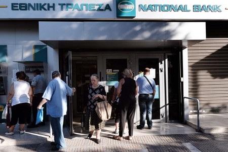 Người Hy Lạp chưa thể chuyển tiền ra nước ngoài hoặc mở tài khoản mới (Ảnh: AFP)