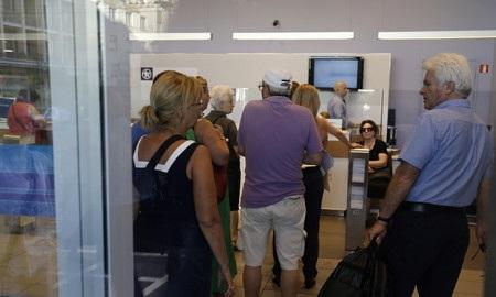 Nhiều người chờ đợi bên trong chi nhánh một ngân hàng tại Athens (Ảnh: AP)