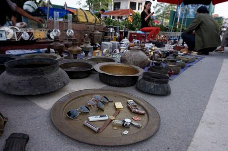 Những mâm, cậu, nồi đồng cả cổ, lẫn cũ đều được tìm thấy ở chợ.