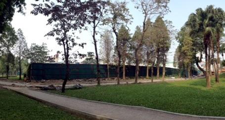 Hàng rào chắn khu đất đề xuất làm bãi đỗ xe ngầm với công viên Thống Nhất