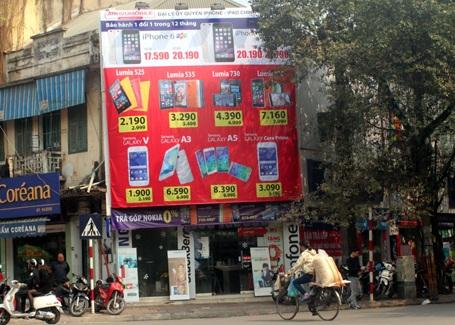Các cửa hàng quần áo, giày dép cũng vào cuộc giảm giá dịp Tết