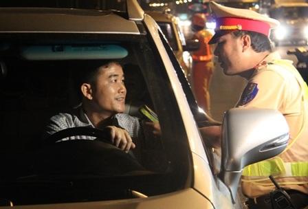 Cảnh sát giao thông kiểm tra nồng độ cồn trong hơi thở tài xế ô tô (Ảnh Đình Thảo)