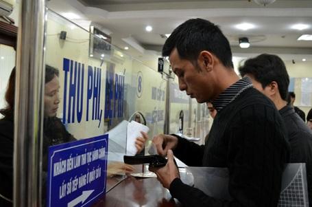 Người dân đến trụ sở Sở GTVT Hà Nội đổi giấy phép lái xe