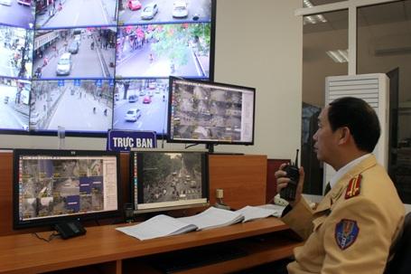 Cảnh sát giao thông bắt lỗi phương tiên vi phạm qua camera giám sát
