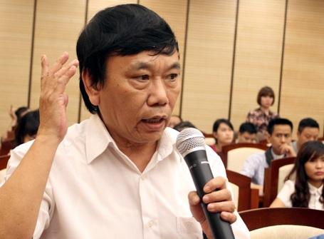 Một người dân vào hội trường họp báo truy TP Hà Nội kế hoạch chặt hạ, thay thế cây xanh