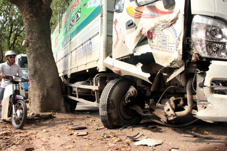 Chiếc xe tải bị gục đầu sau khi đâm trúng gốc xà cừ