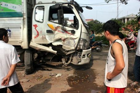 Đầu chiếc xe tải bị biến dạng sau cú đâm vào gốc cây bên đường
