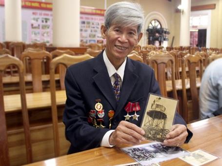 Ông Phạm Văn Lãi với những hình ảnh chụp trong trại Davis