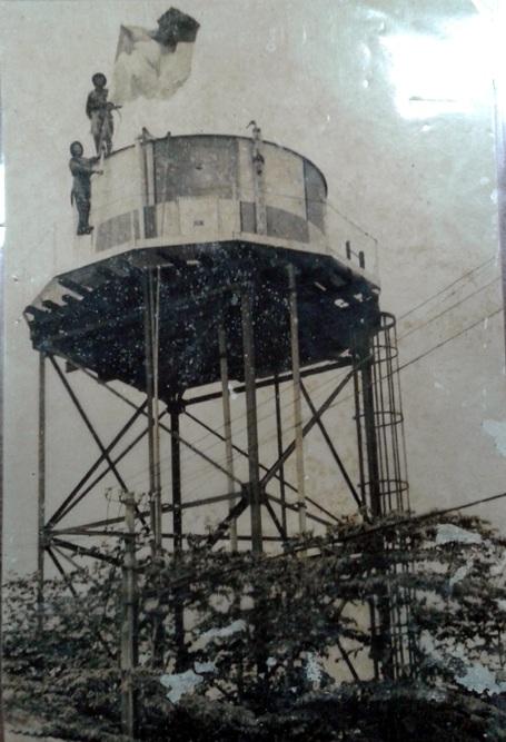 Thời điểm ông Lãi cùng đồng đội cắm cờ ở tháp nước trong sân bay Tân Sơn Nhất 40 năm trước.