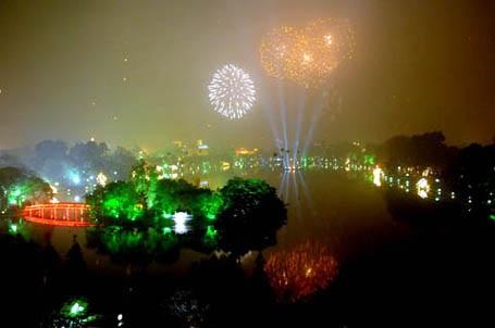 Hồ Hoàn Kiếm là một trong năm điểm bắn pháo hoa tầm cao vào tối ngày 30/4