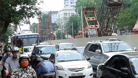 Đường Cầu Giấy ùn tắc nghiêm trọng