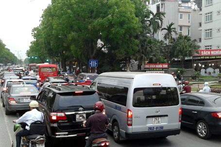 Ô tô, xe máy xếp kín đường phố, kéo dài hàng kilomet trong chiều nay