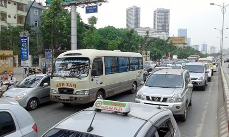 """Hà Nội: Nhiều đường phố kẹt cứng, hành khách bị """"chôn chân"""" tại bến xe"""