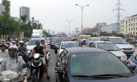 Đầu đường Phạm Văn Đồng hướng ra cầu Thăng Long bị ùn tắc kéo dài