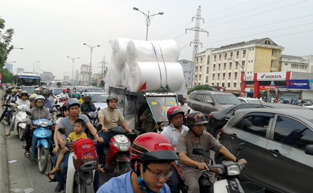 Phương tiện chở hàng cồng kềnh cản dòng phương tiện đông đúc