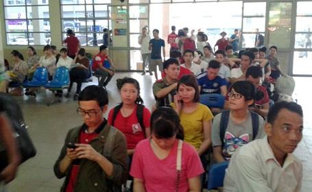 Nhiều người đợi hàng tiếng ở bến xe nhưng không bắt được xe