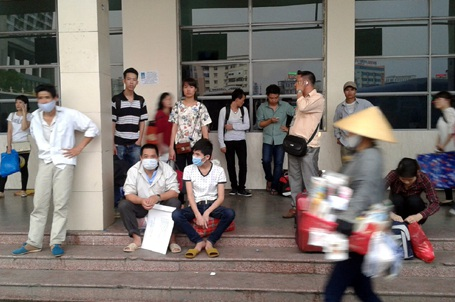 Hàng trăm người ngược xuôi tìm xe khách mong được về nhà nghỉ lễ