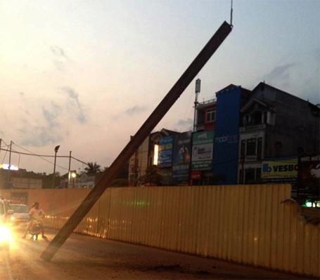 Hiện trường vụ rơi thanh sắt dài gần 9m từ công trường ra ngoài đường Hồ Tùng Mậu